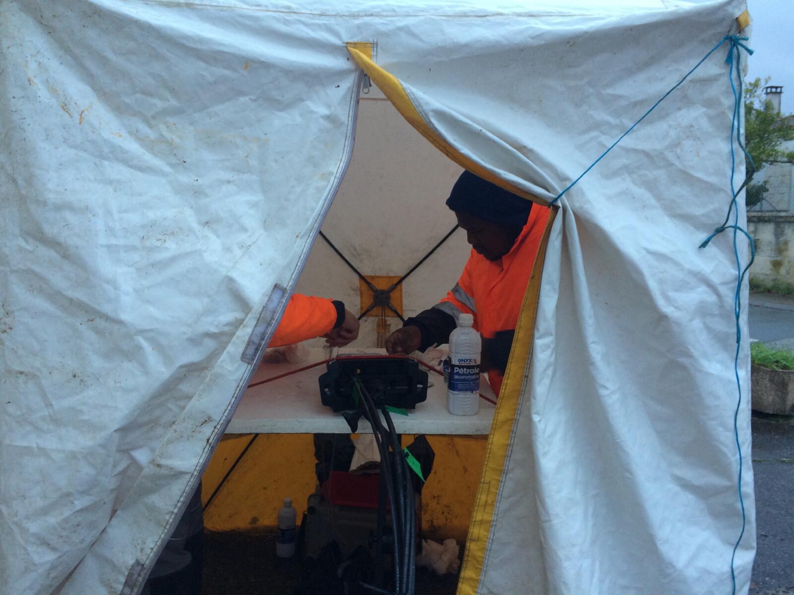 Soudure de fibre optiques dans une tente